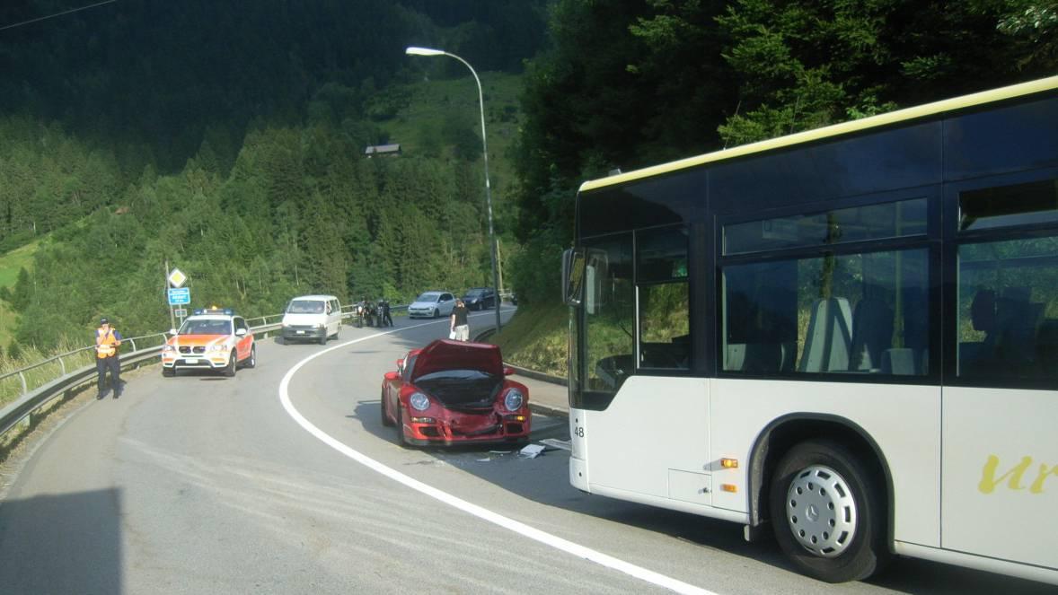 Sportwagenfahrer verwechselt Hauptstrasse mit Autobahn