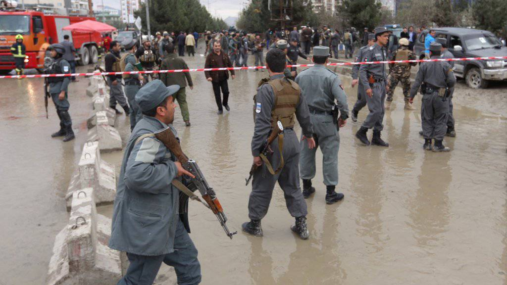 Sicherheitspersonal am Ort des Anschlags in Kabul.
