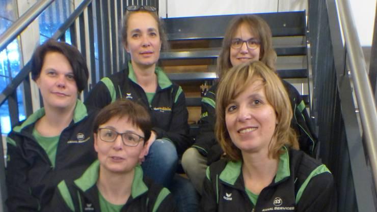 Hintere Reihe: Bea Bachofen (Co-Präsidentin), Nicole Berger (Aktuarin), Mitte/Vorne: Jessica Graf (Kassier), Sandra Amstutz (Technische Leiterin), Michèle Erne (Co-Präsidentin)