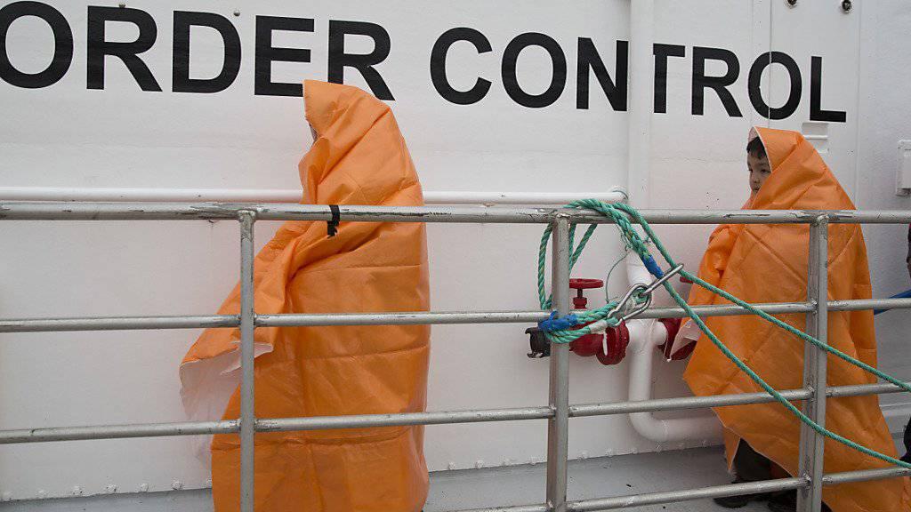 Zwei Kinder, die vor der griechischen Insel Lesbos gerettet wurden, auf einem Frontex-Schiff. (Archivbild)