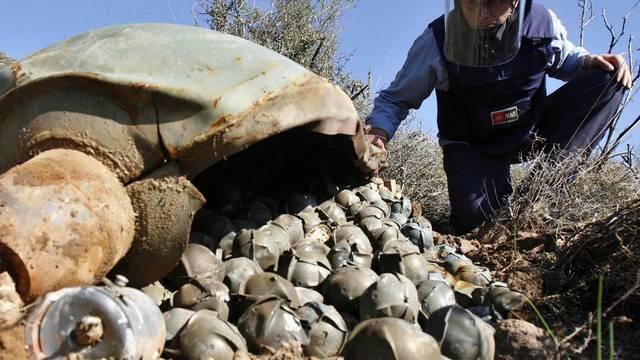 Ein Experte inspiziert eine Ladung Streubomben im Libanon (Archiv)