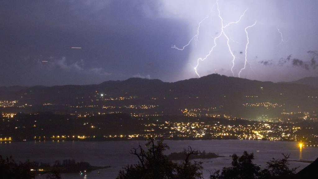 Meteoriten waren es nicht allein, welche die Entstehung von Leben auf der Erde ermöglichten: Blitze (wie hier über Rapperswil) könnten dabei geholfen haben, behauptet ein Wissenschaftler. (Archivbild)