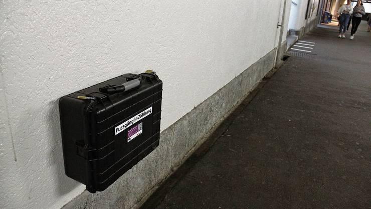 Wie hier im Mausloch sind am Bahnhof Brugg elf Messpunkte (Bluetooth-/Wifi-Sensoren) aktiv, um den Fussgängerstrom zu analysieren.