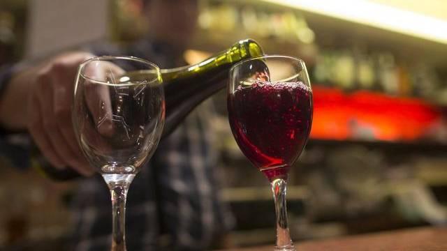 Immer seltener trinken Franzosen Wein (Archiv)