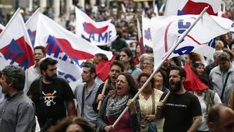 Vor dem Parlament in Athen demonstrierten 10'000 Menschen gegen die Sparmassnahmen.
