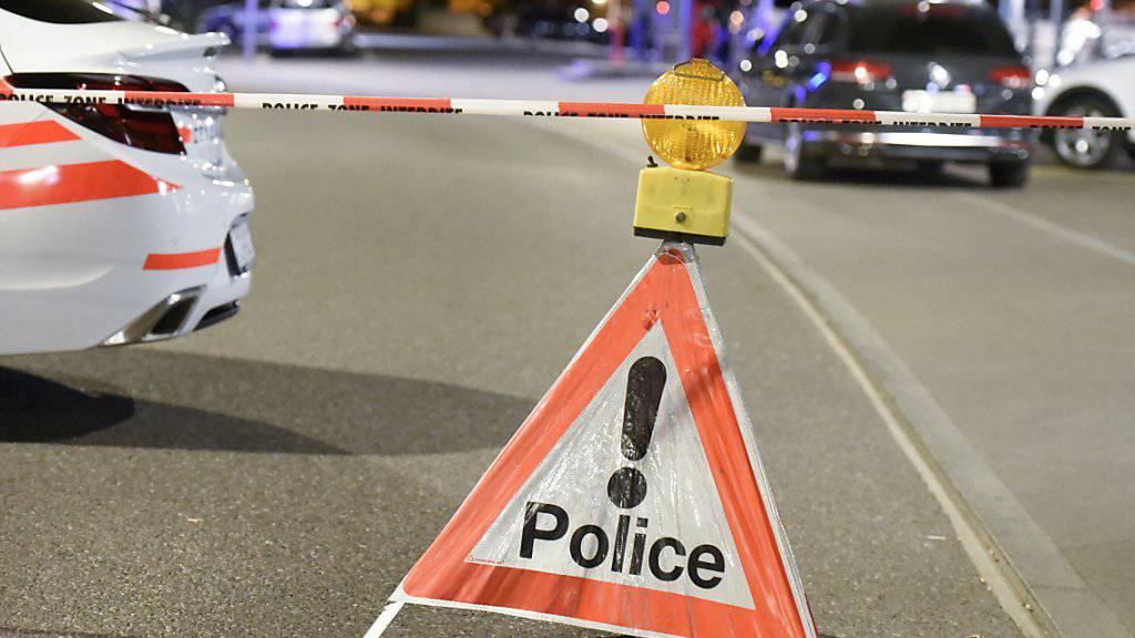 Ein Betrunkener hat in der Nacht auf Samstag in Nyon mit einer Schrotflinte aus einem Haus geschossen. Verletzt wurde niemand. (Symbolbild)