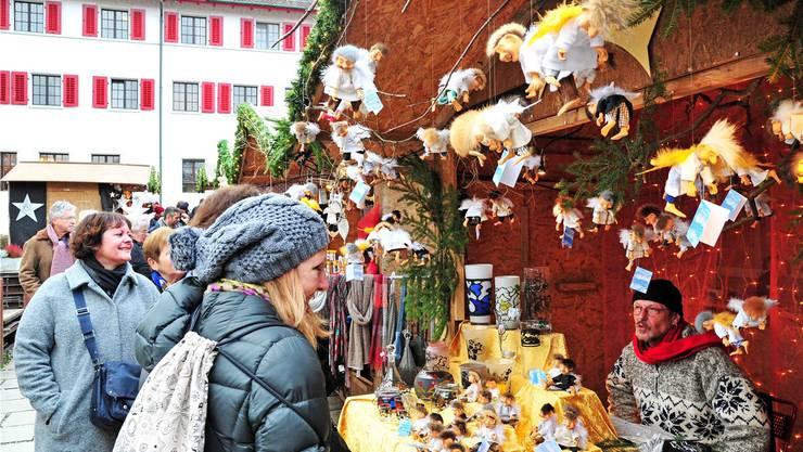 Marktstände vor der Fassade des Kapuzinerklosters. Heuer zum letzten Mal.