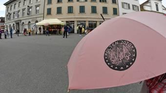 Schirmdach Ade - Schirme von Kunstmuseum in Olten an Bevölkerung verteilt