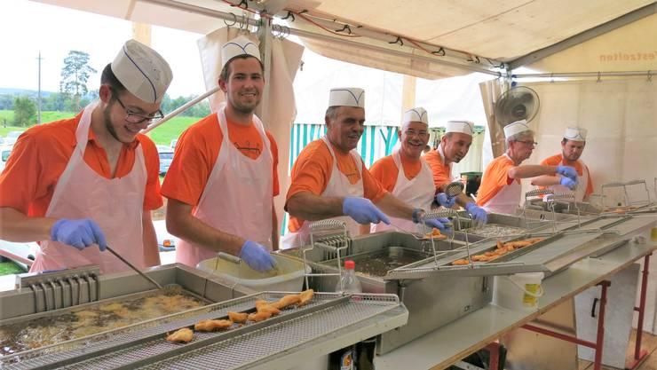 Klingnauer Pontoniere bereiten in der Küche knusprige Fische zu: Dieses Jahr wird das nicht möglich sein.