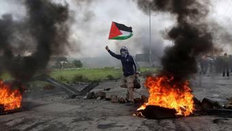 Protest mit palästinensischer Flagge am Freitag in Ramallah.