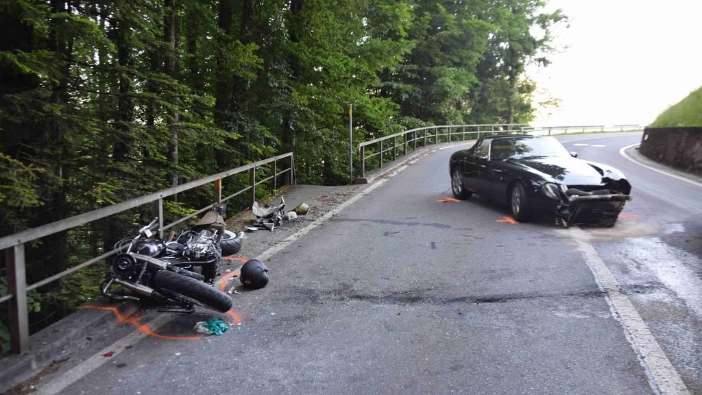 Obwalden: Motorradfahrer bei Kollision mit Sportwagen schwer verletzt