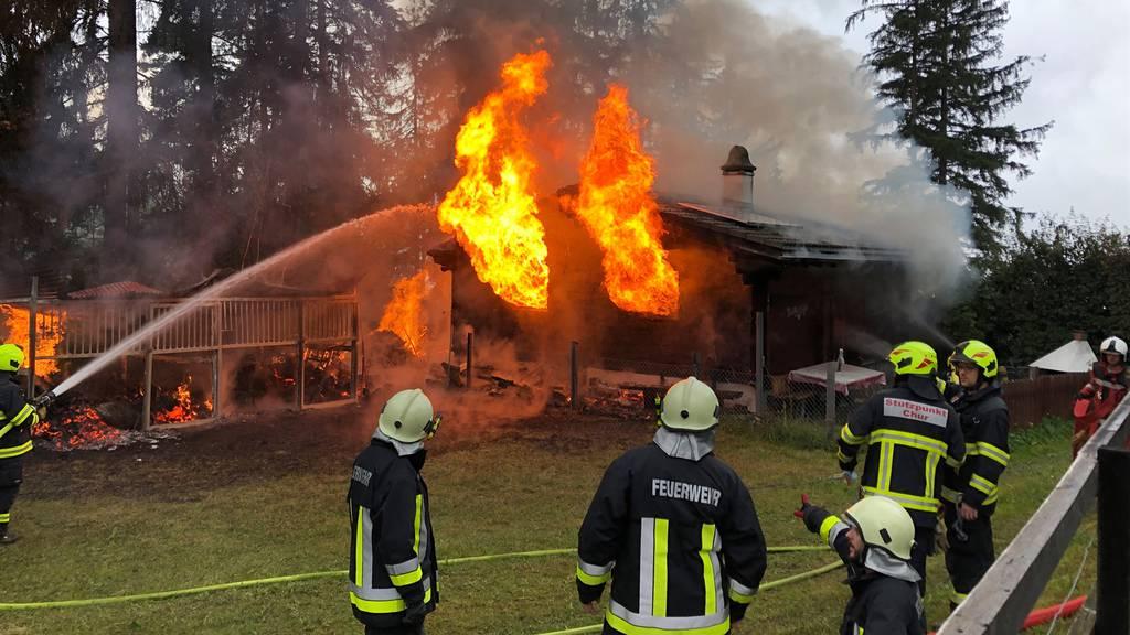 Maiensäss brennt komplett ab – Löschhelikopter im Einsatz