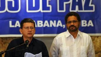 Zwei führende FARC-Angehörige verkünden in Havanna die Waffenruhe