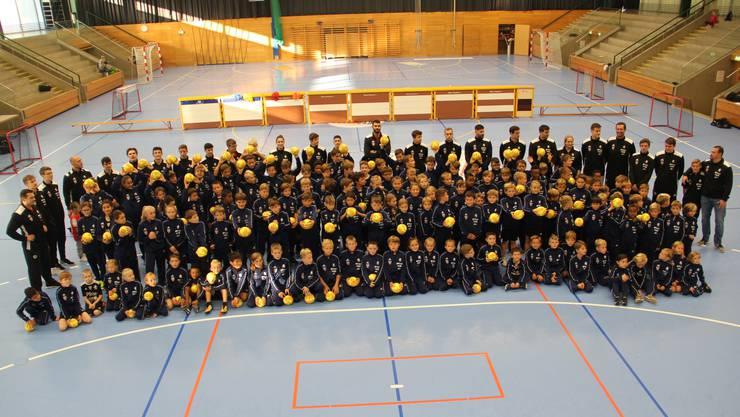 130 handballbegeisterte Kids nehmen am 6. Pfister HandballCamp teil.