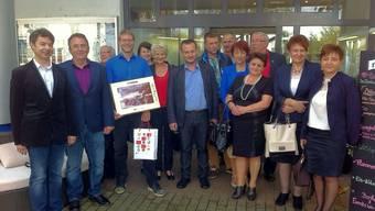 Die Studengruppe vor dem Höfli mit Stefan Haus (im blauen Hemd).