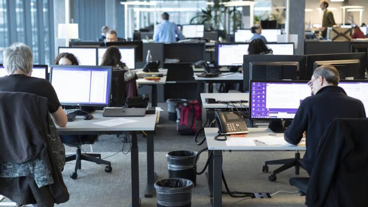 So sieht es normalerweise im Büro der SDA aus. An den eidgenössischen Wahlen wird jedoch ein Textroboter einen Grossteil der Arbeit erledigen.