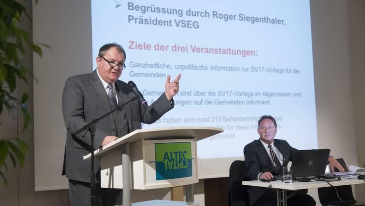 Gemeindeverbandspräsident Roger Siegenthaler (links) spricht, aufmerksam beobachtet von Geschäftsführer Thomas Blum, zu den Gemeindevertretern.