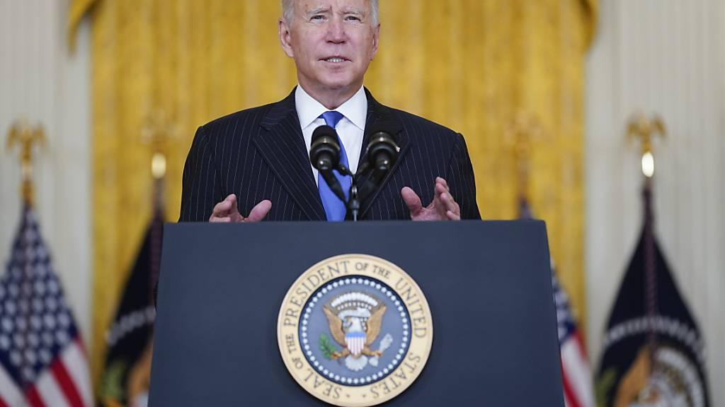 Joe Biden spricht während einer Veranstaltung im East Room des Weißen Hauses. Foto: Evan Vucci/AP/dpa