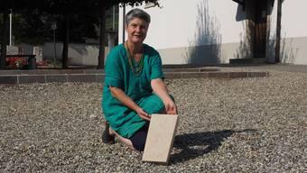 Gemeinderätin Gertrud Häseli mit dem Muster einer Platte, auf der die Namen eingraviert werden.