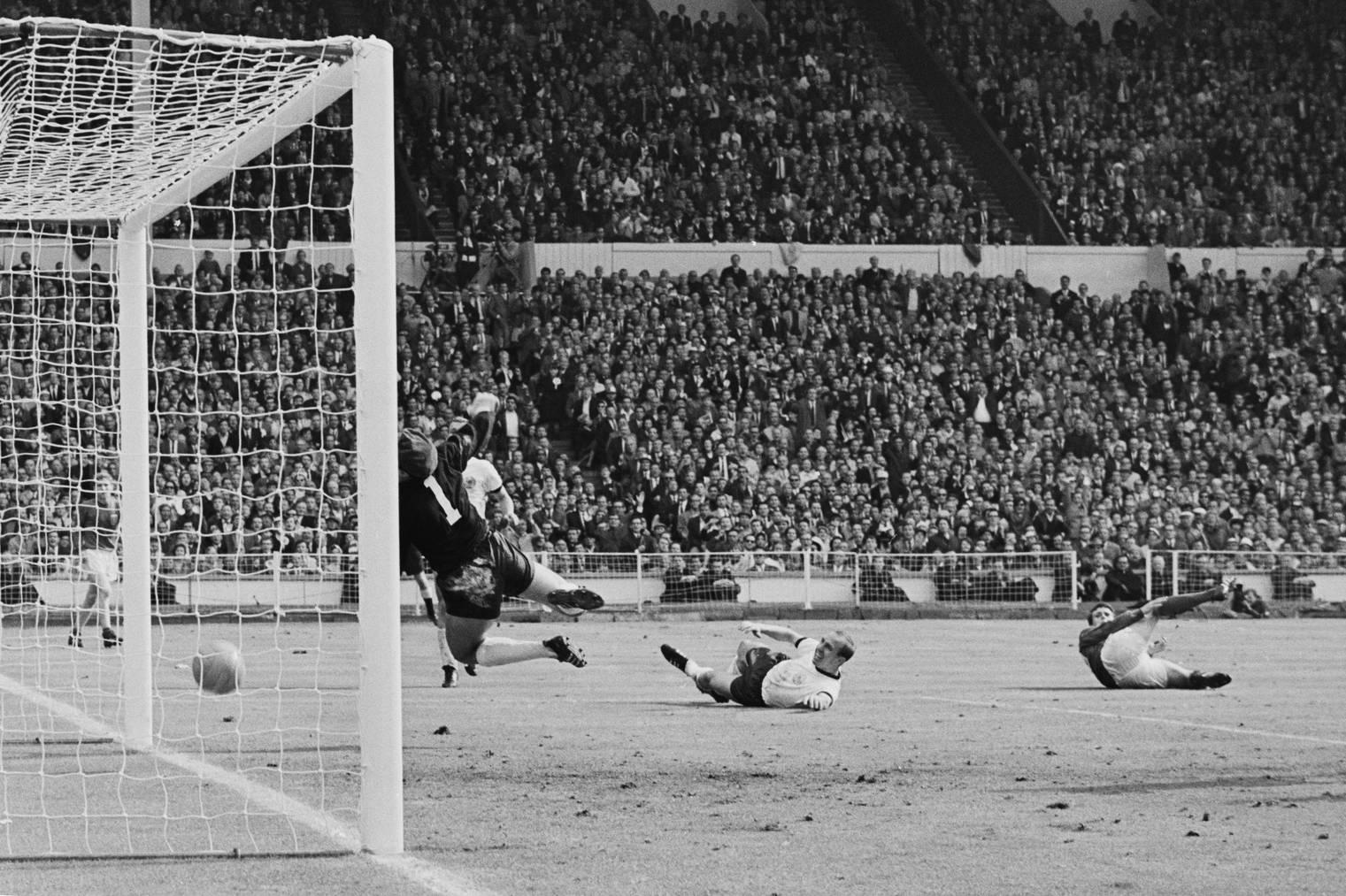 Phantomtor: Der Schuss von Geoff Hurst im WM-Finale 1966 zwischen England und Deutschland prallte von der Lattenunterkante auf die Torlinie. Der Schweizer Schiedsrichter Gottfried Dienst gab den Treffer dennoch. © Getty Images