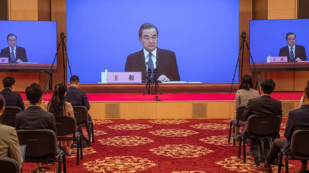 Der chinesische Aussenminister Wang Yi hat Schuldvorwürfe wegen Chinas Umgang mit dem Ausbruch des neuen Coronavirus scharf zurückgewiesen.