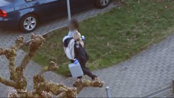 Vor einer Oltner Wohnung wurde am letzten Samstag ein Mann mit Stichverletzungen aufgefunden. Er sagt aus, dass ihn zwei Unbekannte überfallen haben. Nun sitzt eine Frau in Haft. Die Polizei spricht von einem Beziehungsdelikt.