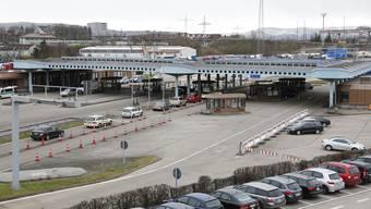 Rund 70'000 Personen aus Deutschland und Frankreich pendeln täglich über die Landesgrenze zur Arbeit. Im Bild die Zollanlage des Autobahnzolls Basel-Weil.