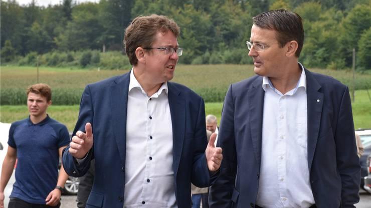 Der nationale Präsident Albert Rösti (l.) diskutiert mit dem Aargauer Präsidenten Thomas Burgherr.