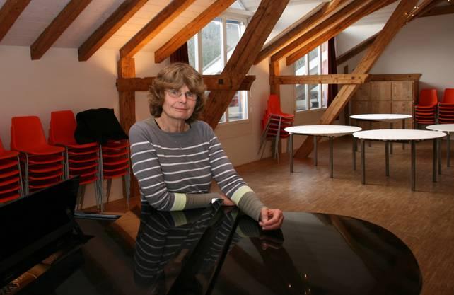 Am Flügel im Garnhaussaal gibt Tonia Sommerhalder Musikunterricht. Stolz ist sie, weil Dank dem Flügel auch Kammermusik gespielt werden kann.