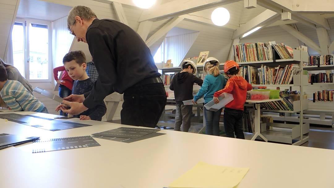 Lego-Baulektion mit Ingenieuren an der Primarschule Stapfer in Brugg