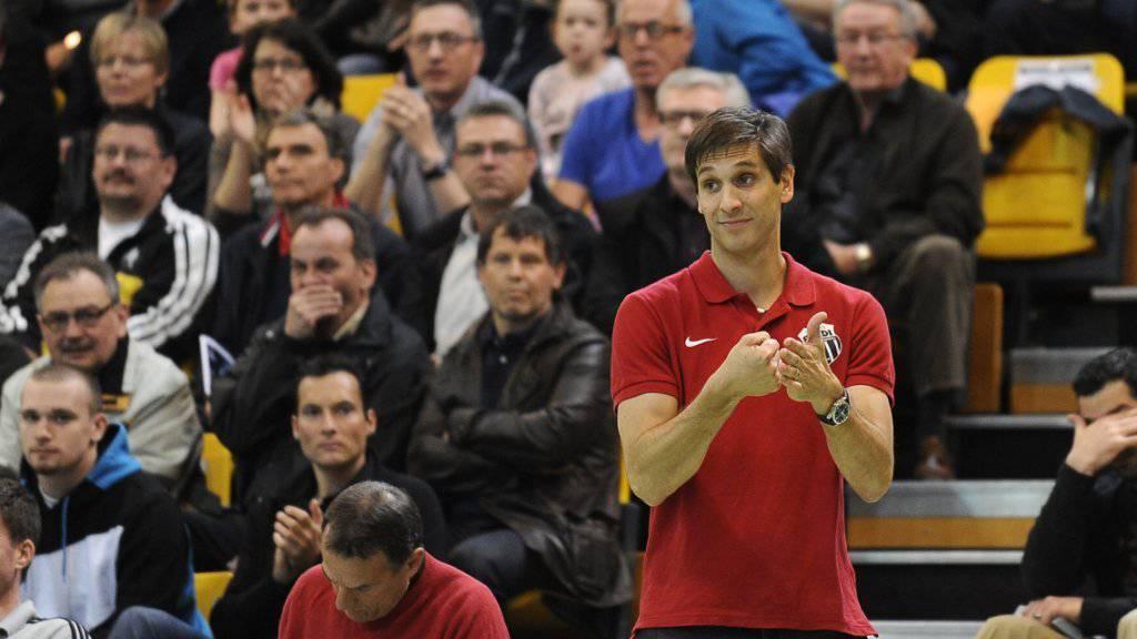 Pfadi Trainer Adrian Brüngger treibt seine Mannschaft zum Sieg über den grossen Rivalen