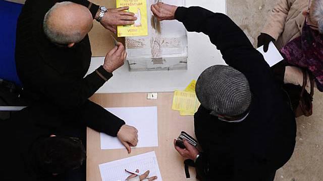 Mann bei der Stimmabgabe in Katalonien