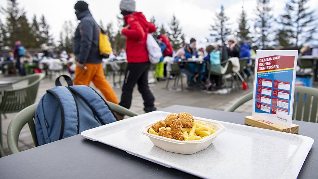 Die Tische sollen bleiben: Obwalden und andere Kantonen wollen die Restaurants in den Skigebieten offen halten. (Archivbild)