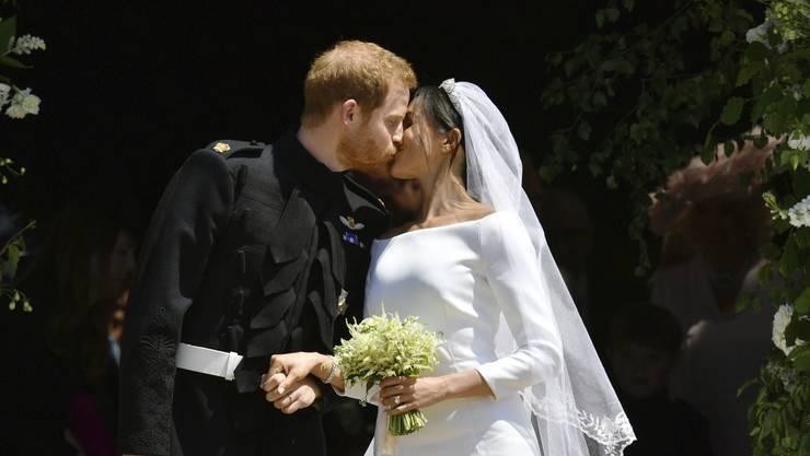 Das wollten alle sehen: Prinz Harry küsst seine Braut Meghan Markle nach der Hochzeit.