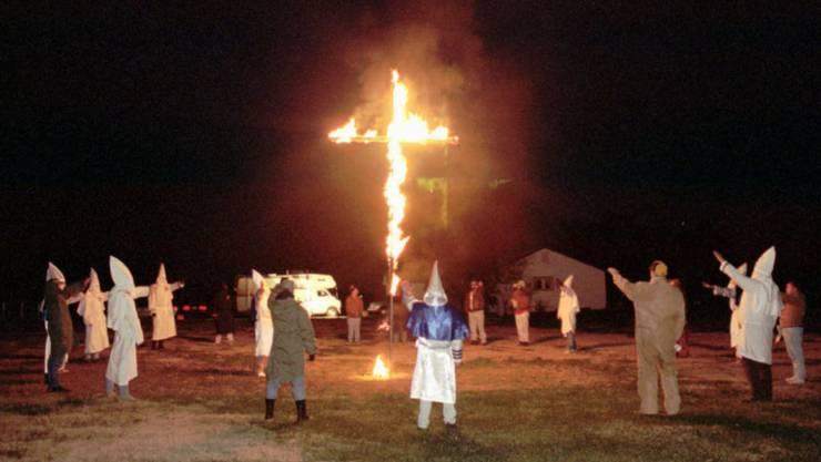Wie beim rassistischen Ku Klux Klan: Ein 38-jähriger US-Amerikaner hatte 2017 mit einem Komplizen ein Holzkreuz gebaut und angezündet. (Symbolbild)