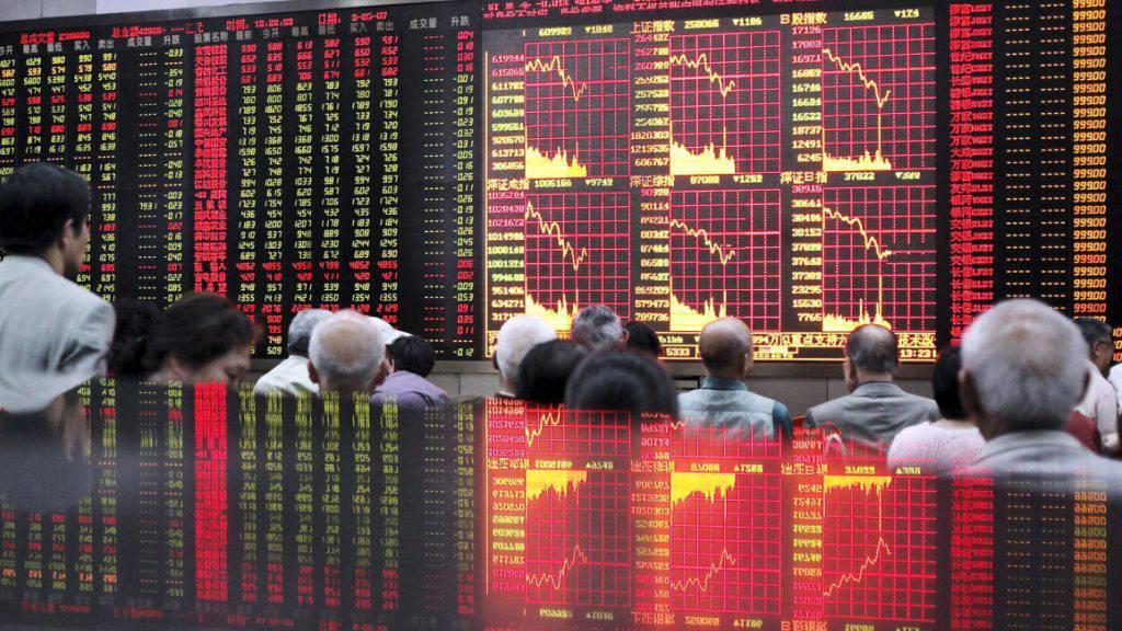Gebannte Blicke auf die Kurstafel einer Börse in Shanghai: Auch am Dienstag stiegen die Aktien mit Verlusten in den Handel. (Archivbild)
