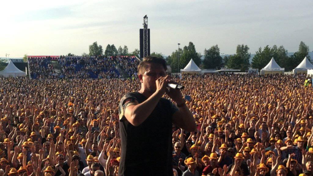 Rapper Knackeboul hat das deutsche Publikum auf seiner Seite: Der aktuelle Support-Act von Herbert Grönemeyer bringt die Menge sogar dazu, Schweizerdeutsch zu singen. (zvg)