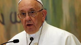 Papst Franziskus übt in seinem Buch Kritik an den Corona-Verweigerern. (Archivbild)