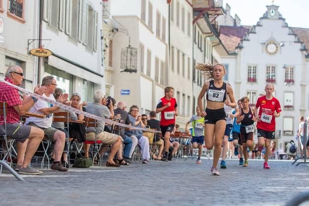 Angefeuert von den zahlreichen Zuschauern rennen die Läuferinnen und Läufer durch die Aarauer Innenstadt.