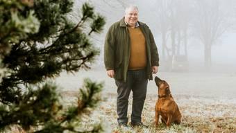 Richard Plüss fühlt sich wohl in der Natur. Künftig wird er wieder mehr Zeit haben, um mit seinem Bayrischen Gebirgsschweisshund Boss auf die Jagd oder spazieren zu gehen.