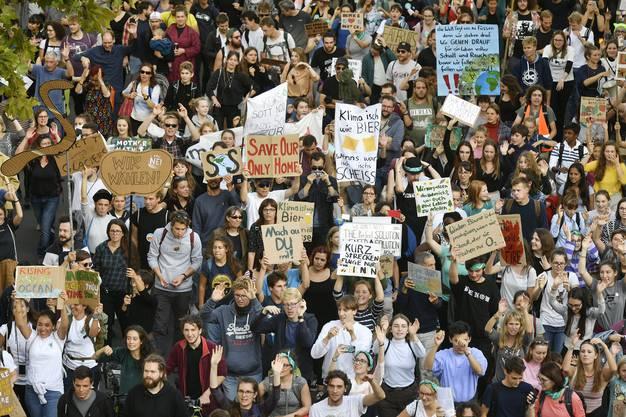 Auch in Zürich liess man es sich nicht nehmen, am Streik teilzunehmen. 5000 Personen nahmen an der Demonstration durch die Innenstadt teil. (KEYSTONE/Walter Bieri)