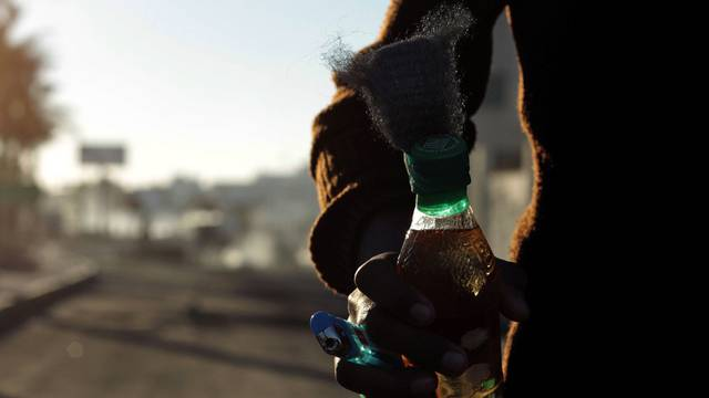 Ein Demonstrant in Bahrain hält ein Molotow-Cocktail in seinen Händen