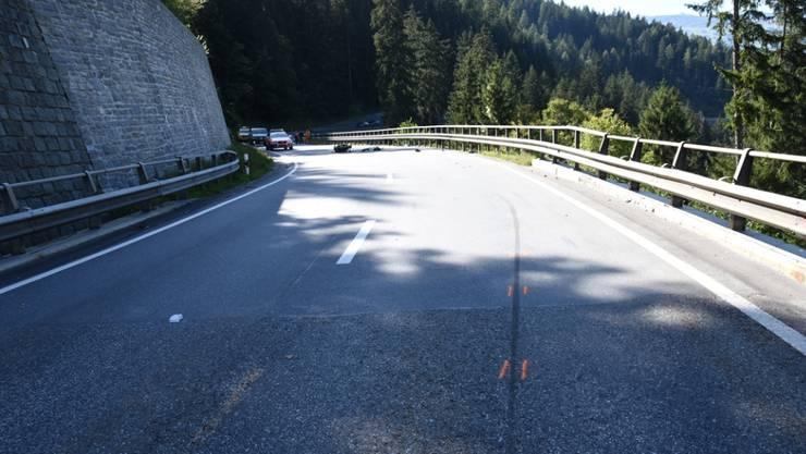 In der Linkskurve gestürzt und in die Leitplanke geprallt: Ein 19-jähriger Motorradfahrer überlebte diesen Unfall bei Sils im Domleschg nicht.