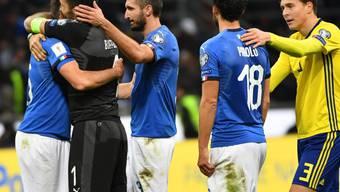 Gianluigi Buffon umarmt seinen italienischen Teamkollegen Andrea Barzagli, daneben steht Giorgio Chellini (Dritter von links)