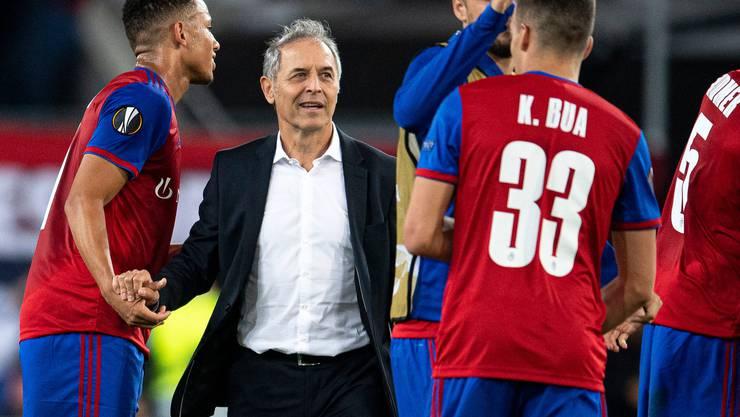 FCB-Trainer Marcel Koller klatscht mit seinen Spielern ab.