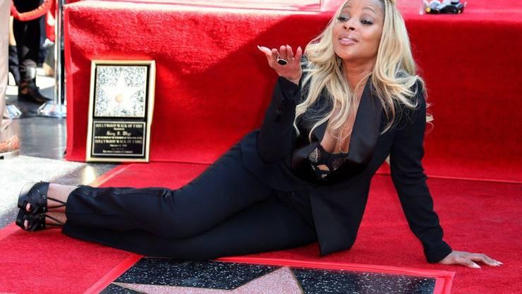 """Sängerin und Schauspielerin Mary J. Blige bedankt sich mit einem Luftkuss für ihren Stern auf dem """"Walk of Fame""""."""