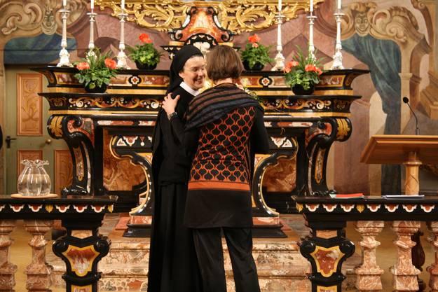 Priorin Irene dankt der Schulleiterin für ihre Arbeit