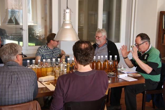Eine Runde von Kennern analysiert die verschiedenen Whisky-Jahrgänge.