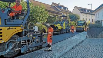 Mit einem Grosseinsatz wurde am Samstag in Biberstein der Belag eingebaut.