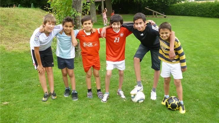Adam, Denis, Albi, Anas, Illias und Yasser sind begeisterte Fussballer und sind gerne im Lingeriz zu Hause.